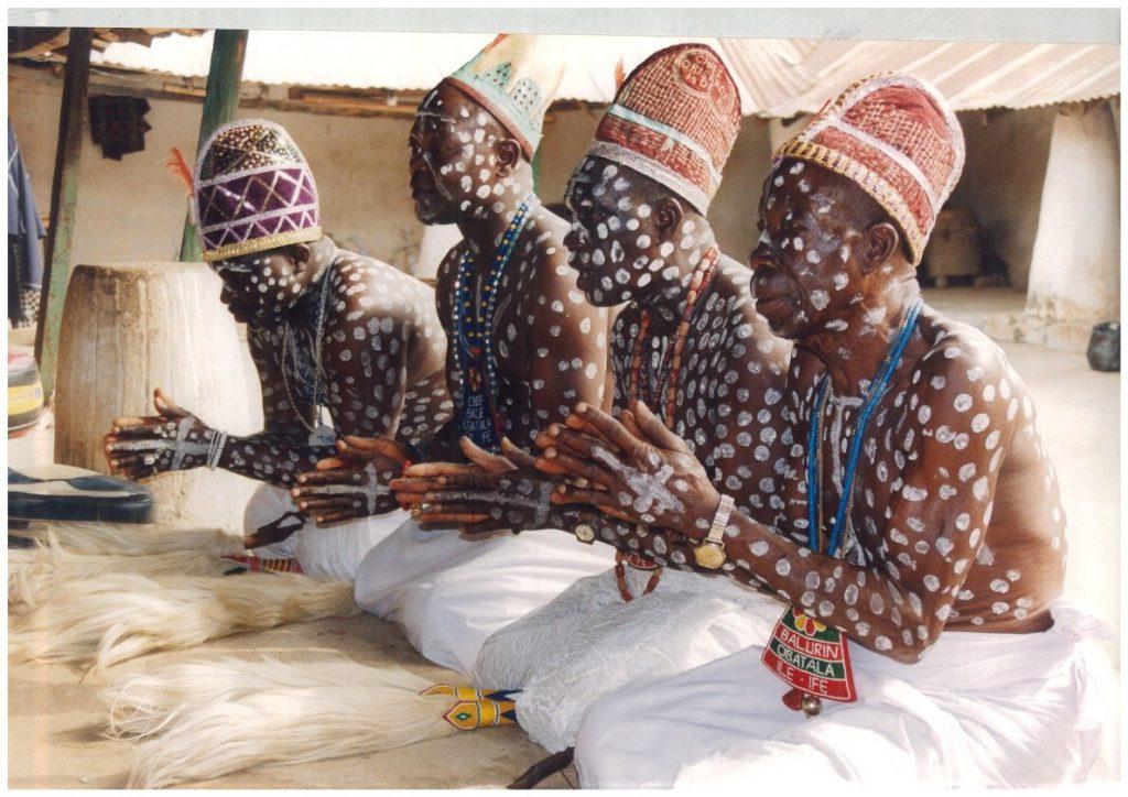 Жрецы («хунганы») разной степени посвящения на праздничном ритуале