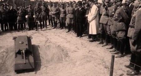 Адольф Гитлер при демонстрации нового образца вооружения Третьего рейха