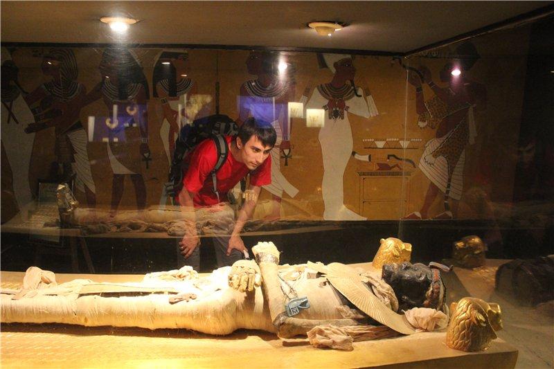 отток энергии к мумии от туриста